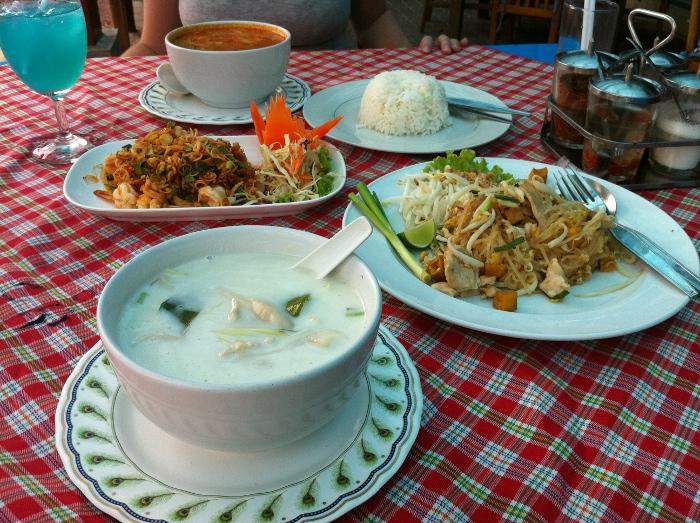 Остров Чанг: Том-кха, Том-ям (на заднем плане), лапша с курицей, острый салат с арахисом