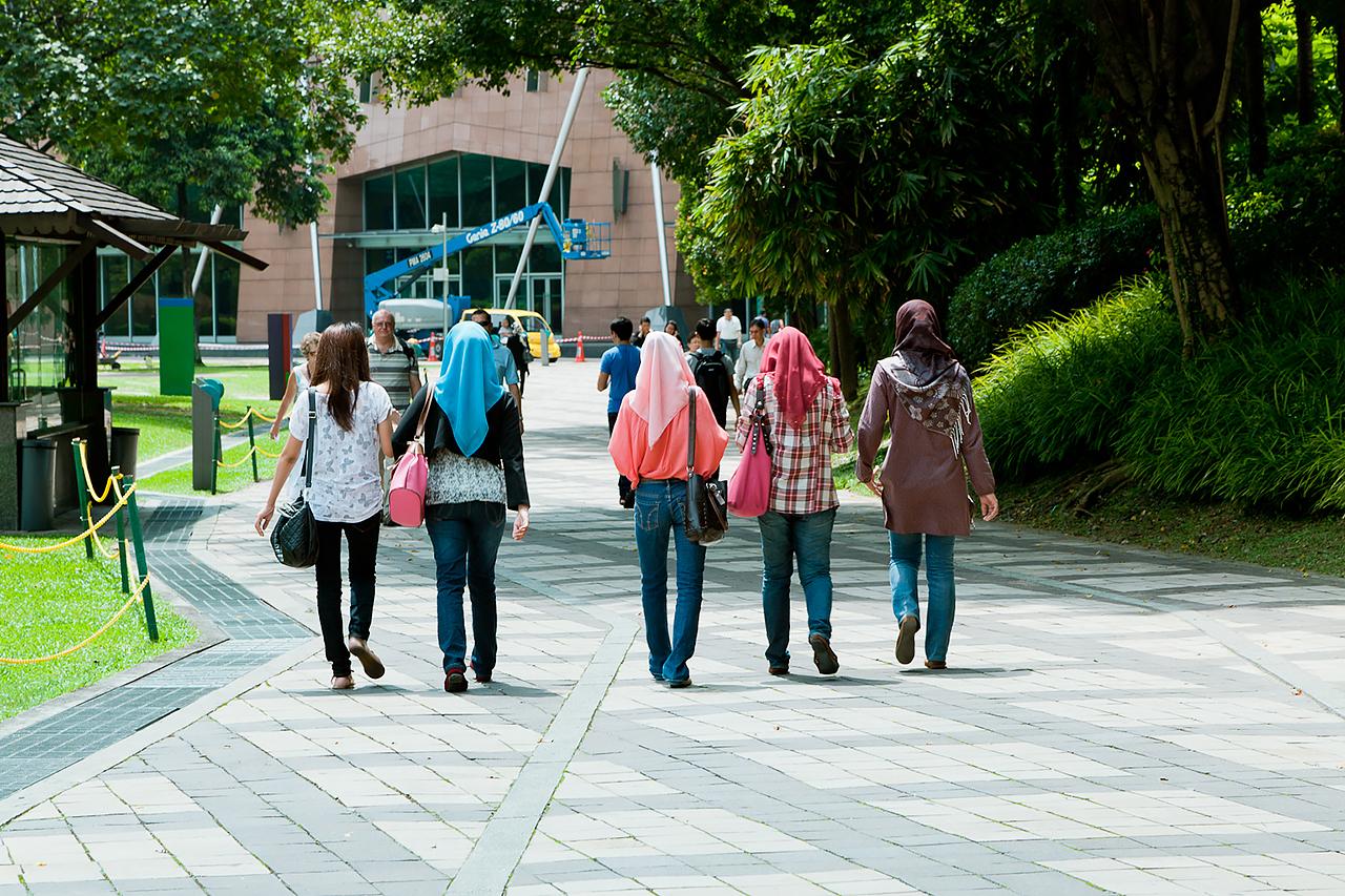 Путешествие по Малайзии, Куала-Лумпур: Девушки в платках в компании с девушкой в открытой блузке