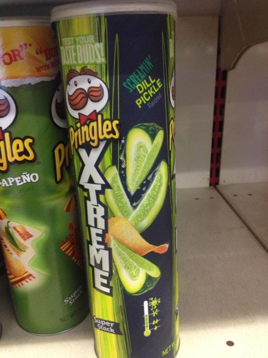 Подборка забавных азиатских продуктов: чипсы Принглс соленый огурец