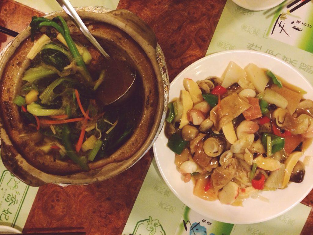 """Вегетарианская еда в Китае: """"Мясные"""" тефтели в бульоне (слева)"""