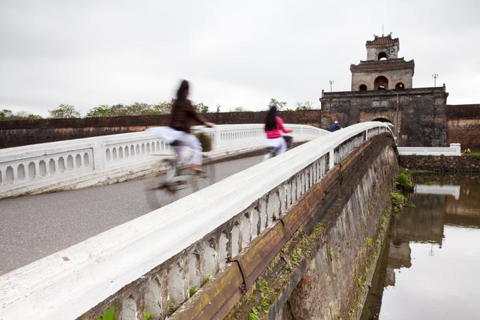 Мост, ведущий к воротам в Цитадель, город Хюэ.