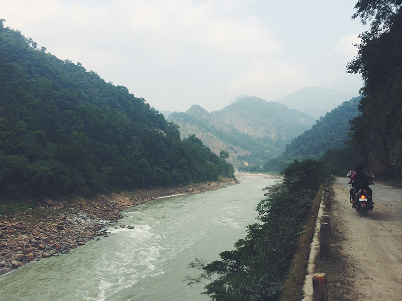 Путешествие по Индии: Горная дорога в районе Ришикеша, слева река Ганг