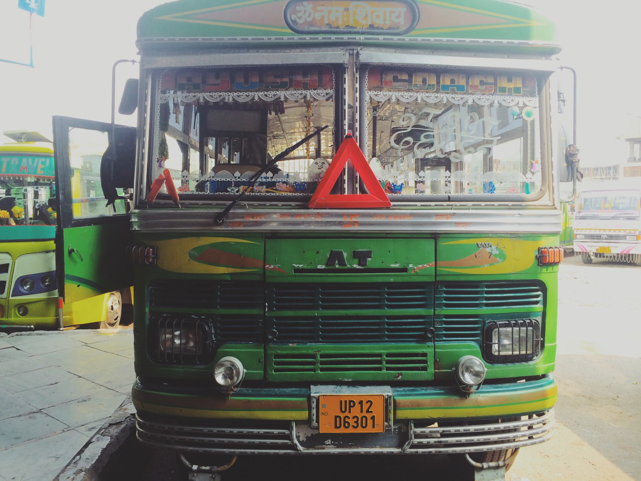 Путешествие по Индии: Традиционный веселый индийский автобус на станции Дехрадун