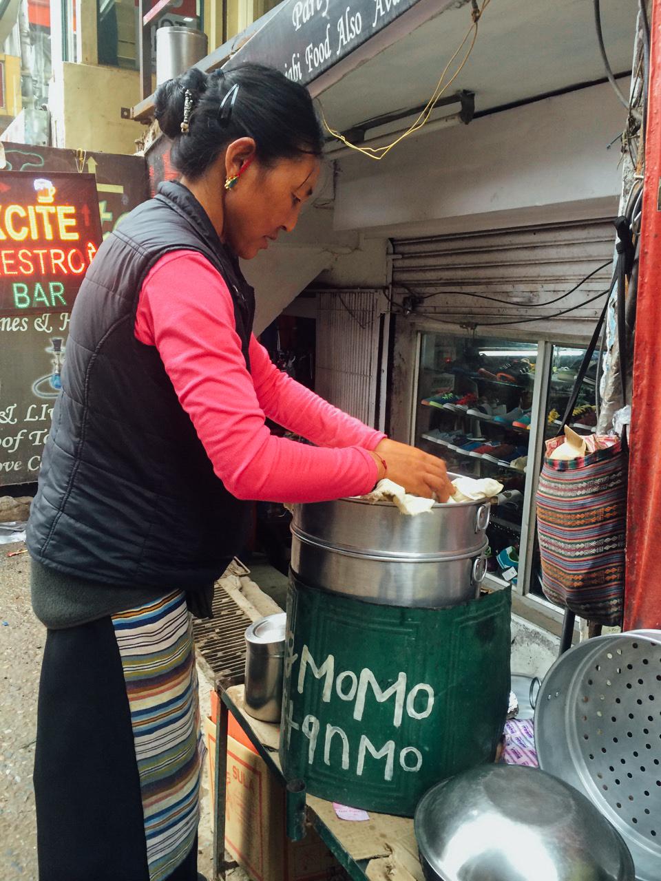 Путешествие по Индии: Тибетская женщина готовит пельмени момо