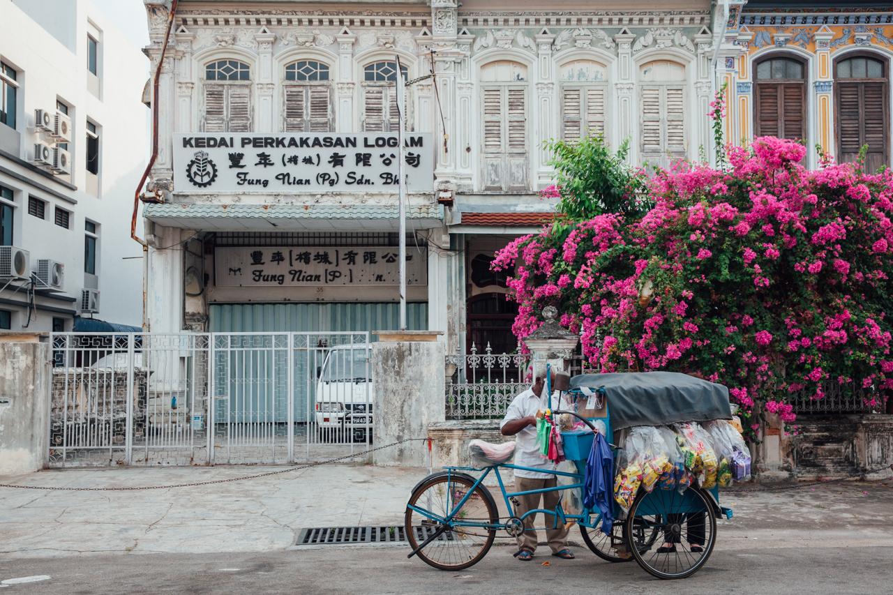 Как добраться до Пенанга: Продавец на улице Джорджтауна