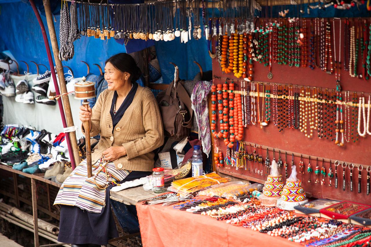 Путешествие по Индии: Тибетская женщина с ручным молельным барабаном