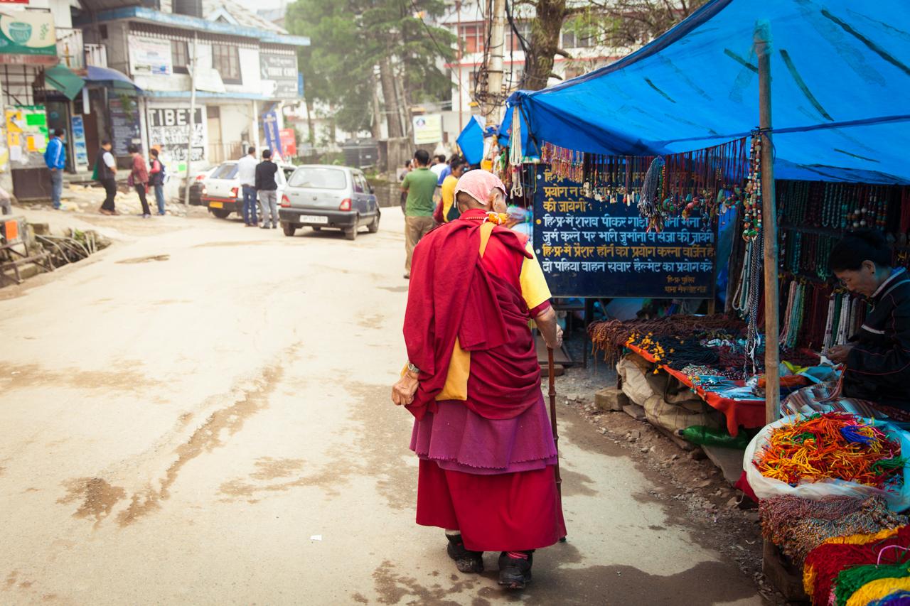 Путешествие по Индии: Тибетский монах на улице Маклеод-Гандж