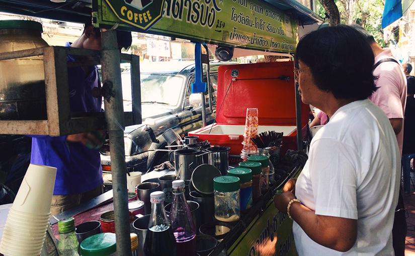 Видео: приготовление кофе по-тайски на улице Бангкока.