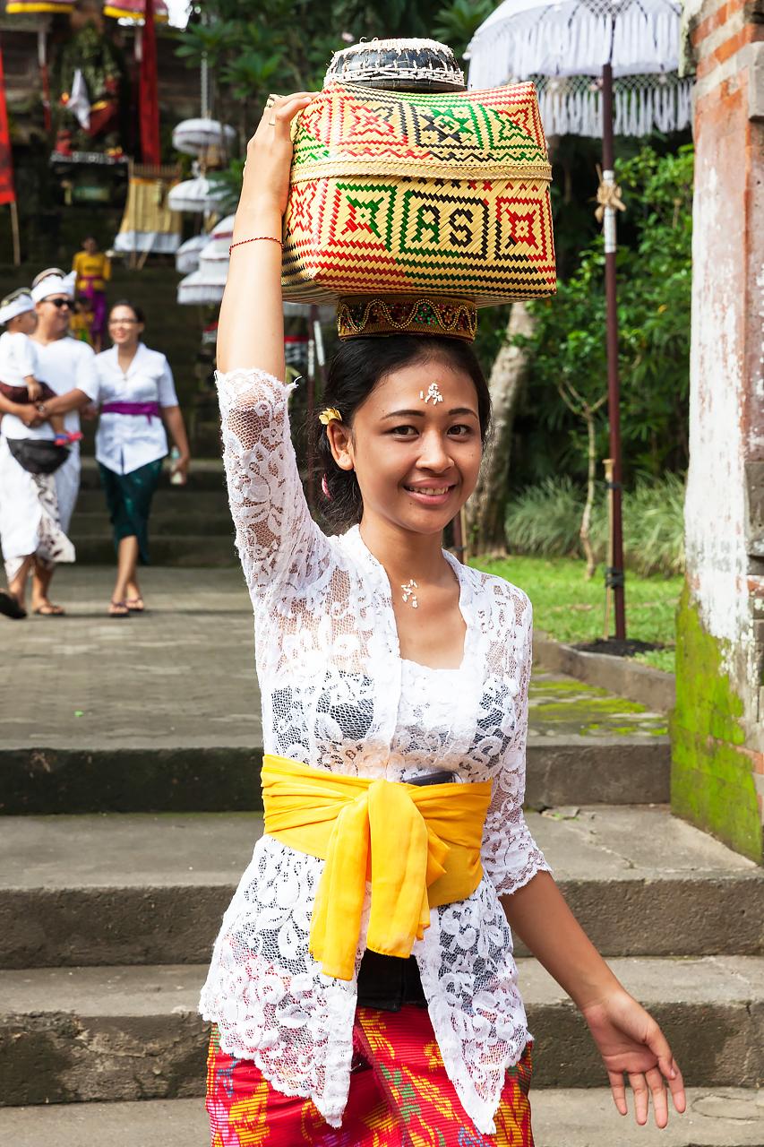 Балийская девушка с корзиной для подношений, Бали, Индонезия