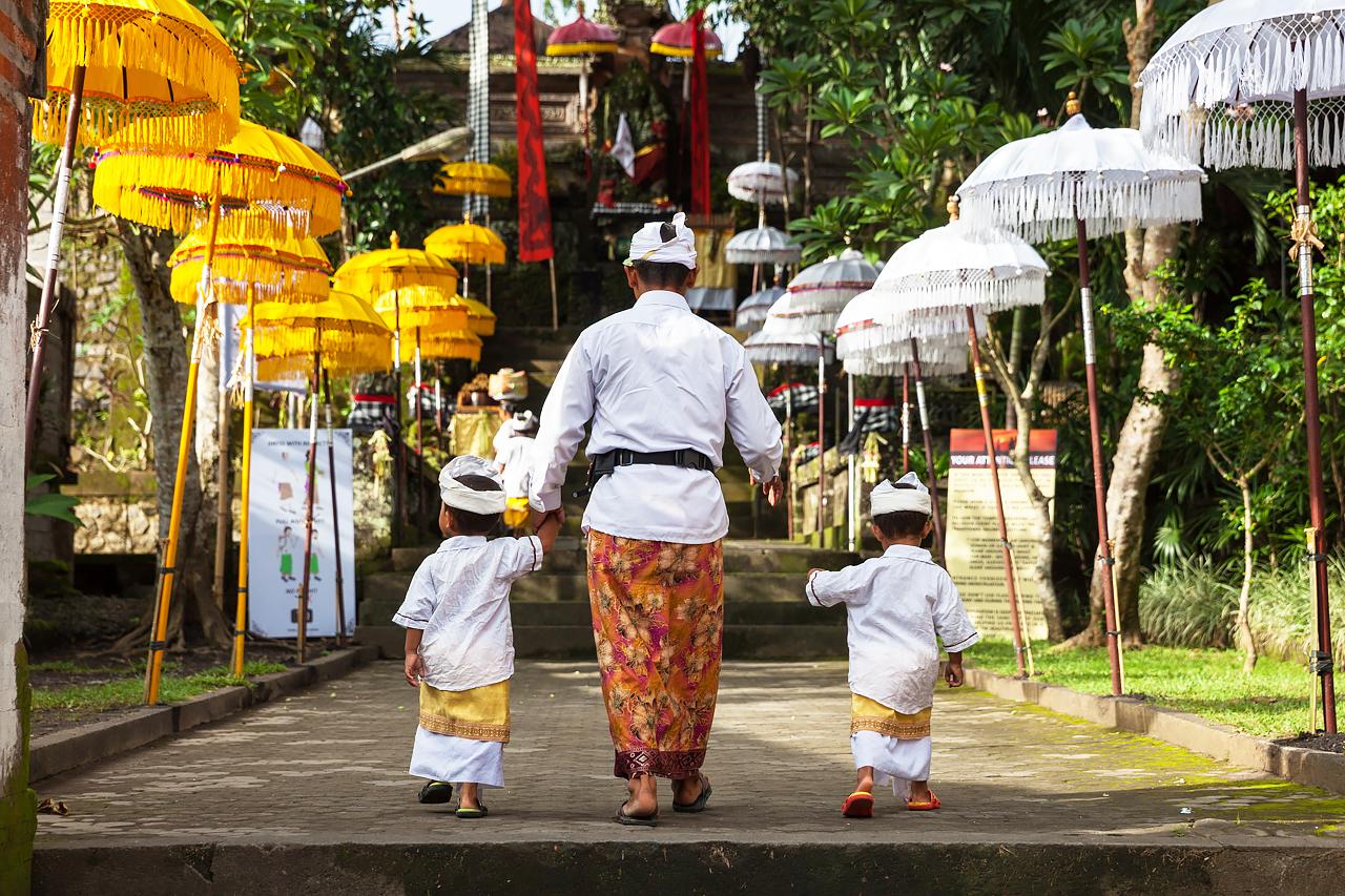 Балийская семья в традиционной одежде, Убуд, Бали