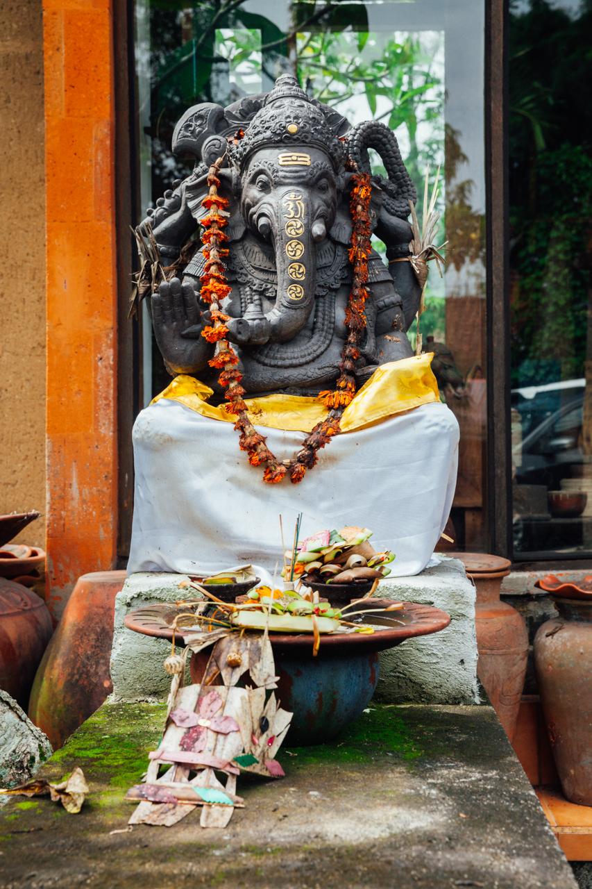Статуя индуистского Бога Ганеша с подношениями, Бали, Индонезия