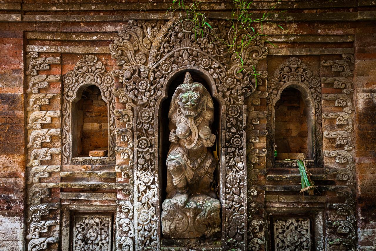 Скульптура Рангды — королевы Демонов. Она отображает зло, с которым борятся силы добра, Убуд, Бали, Индонезия