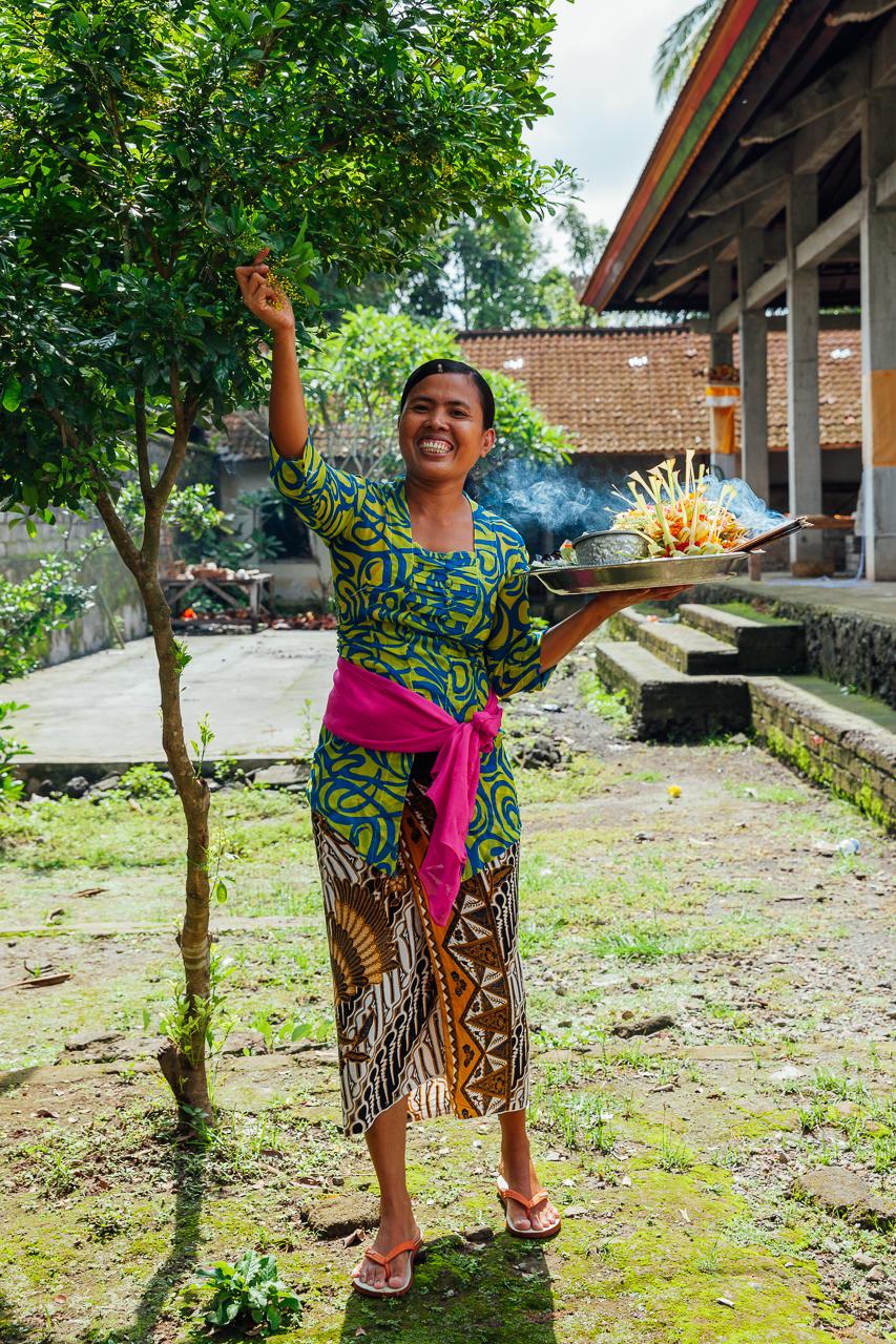 Балийская женщина готовит подношения духам, Бали, Индонезия