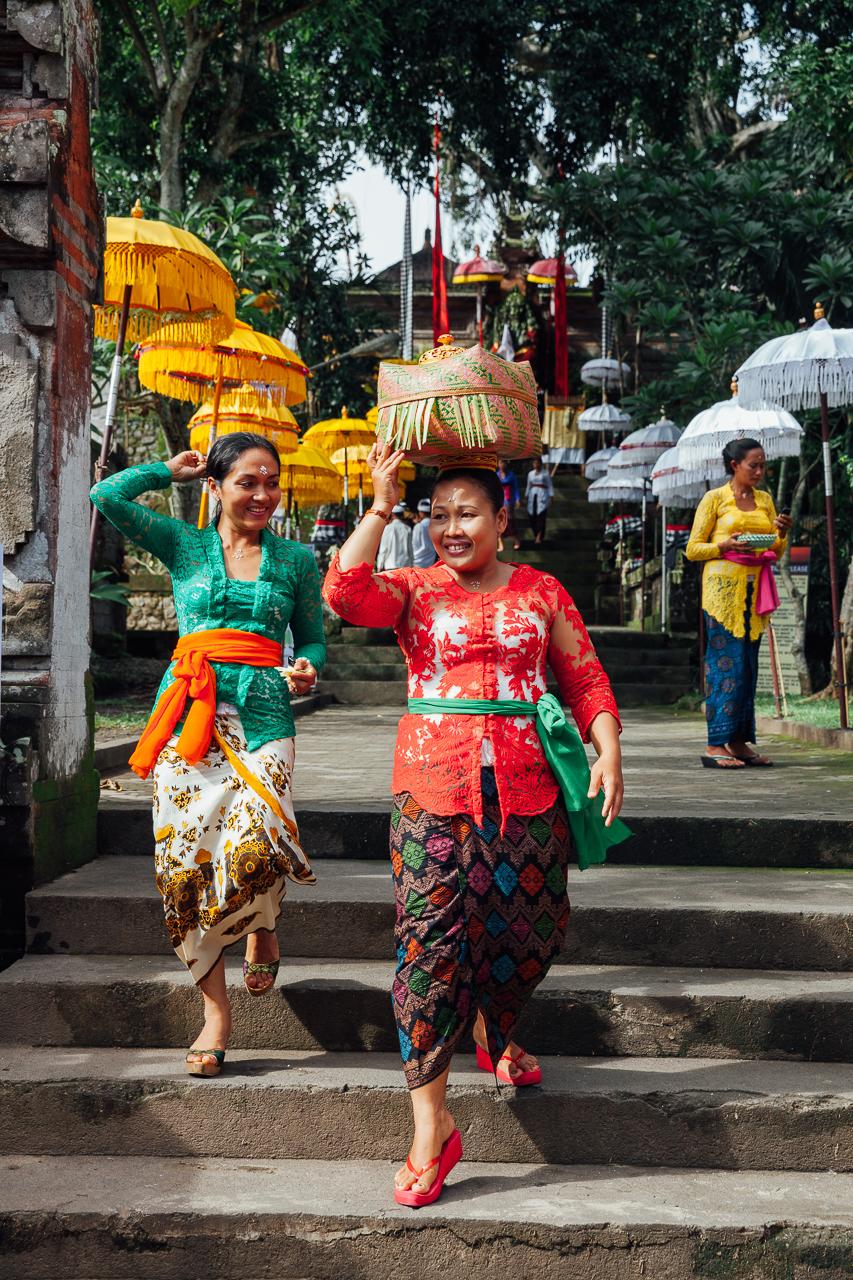 Женщины выходят из храма, Убуд, Бали