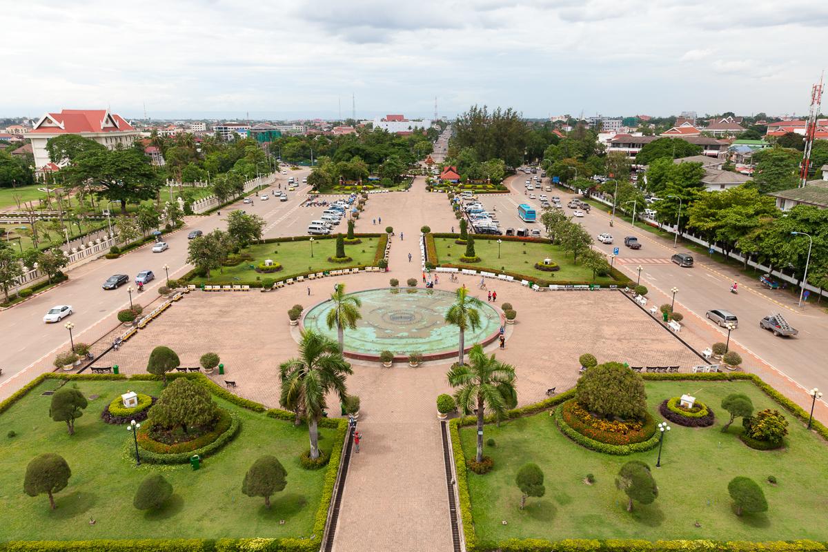 Путешествие по Лаосу: Вид с арки Патусай, центр Вьентьяна