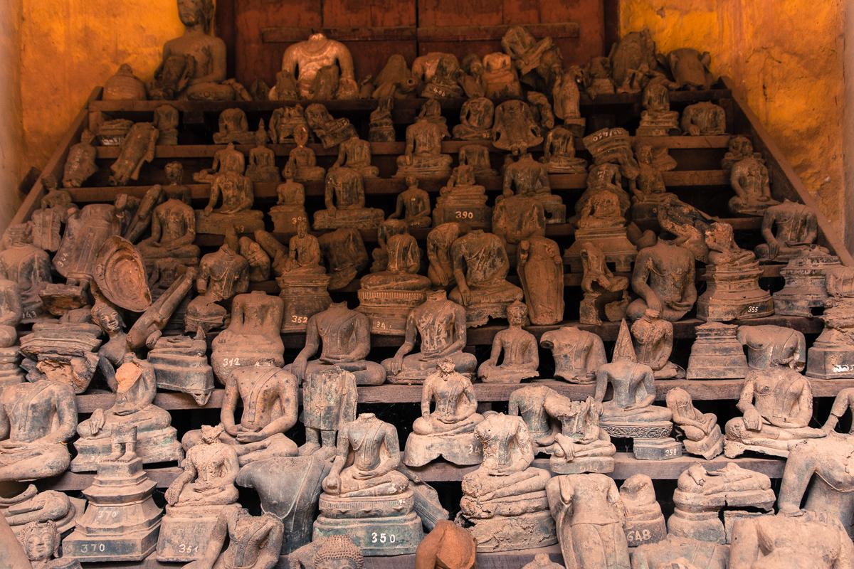 Путешествие по Лаосу: Обезглавленные и поврежденные во время войны статуи Будды