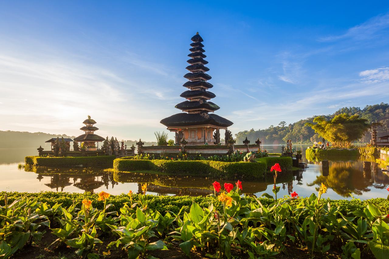 Храм Улун Дану Братан в кратере вулкана. Один из самых почитаемых на Бали