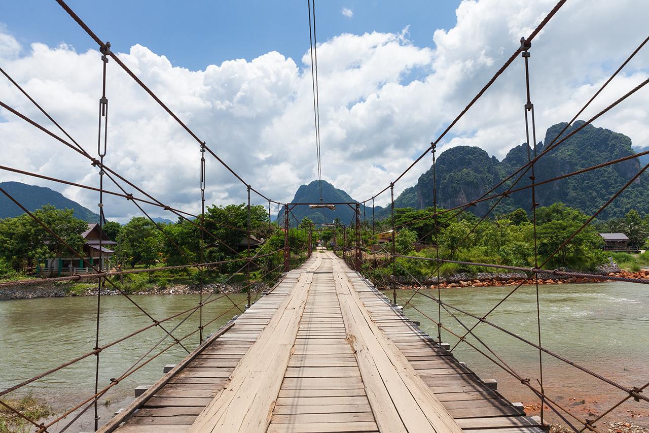 Путешествие по Лаосу: мост над рекой в Ванг Вьенге