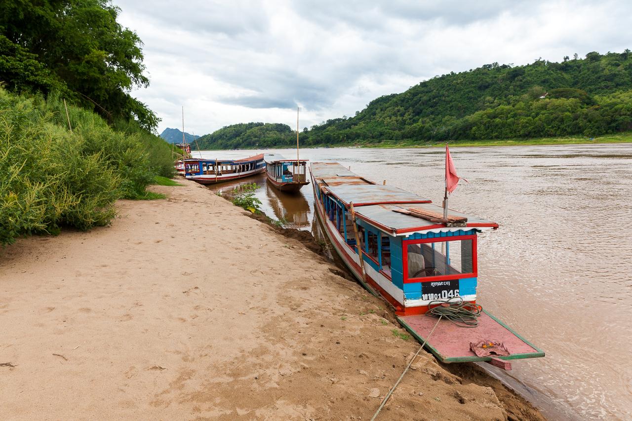 Путешествие по Лаосу: Лодки на берегу Меконга