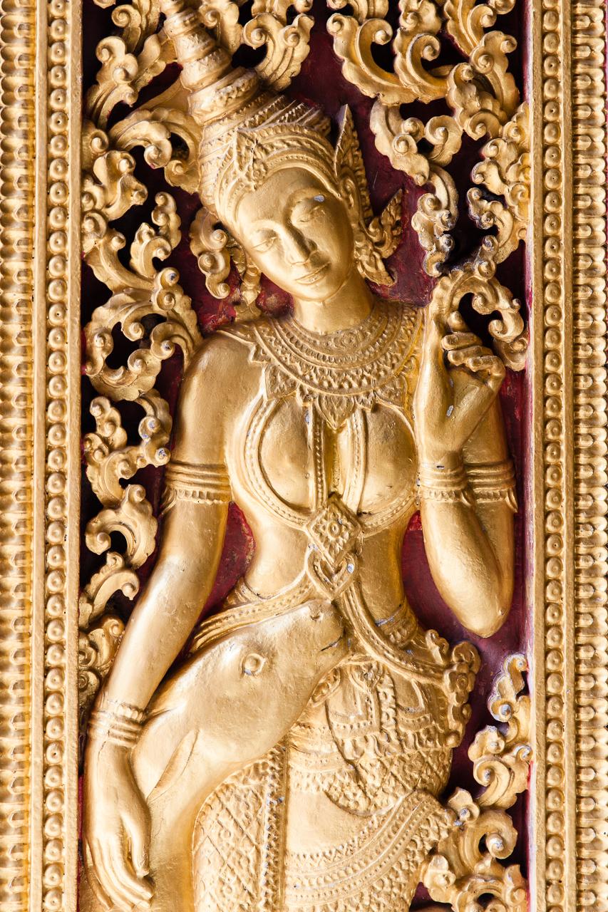 Путешествие по Лаосу: Резьба на дверях храма