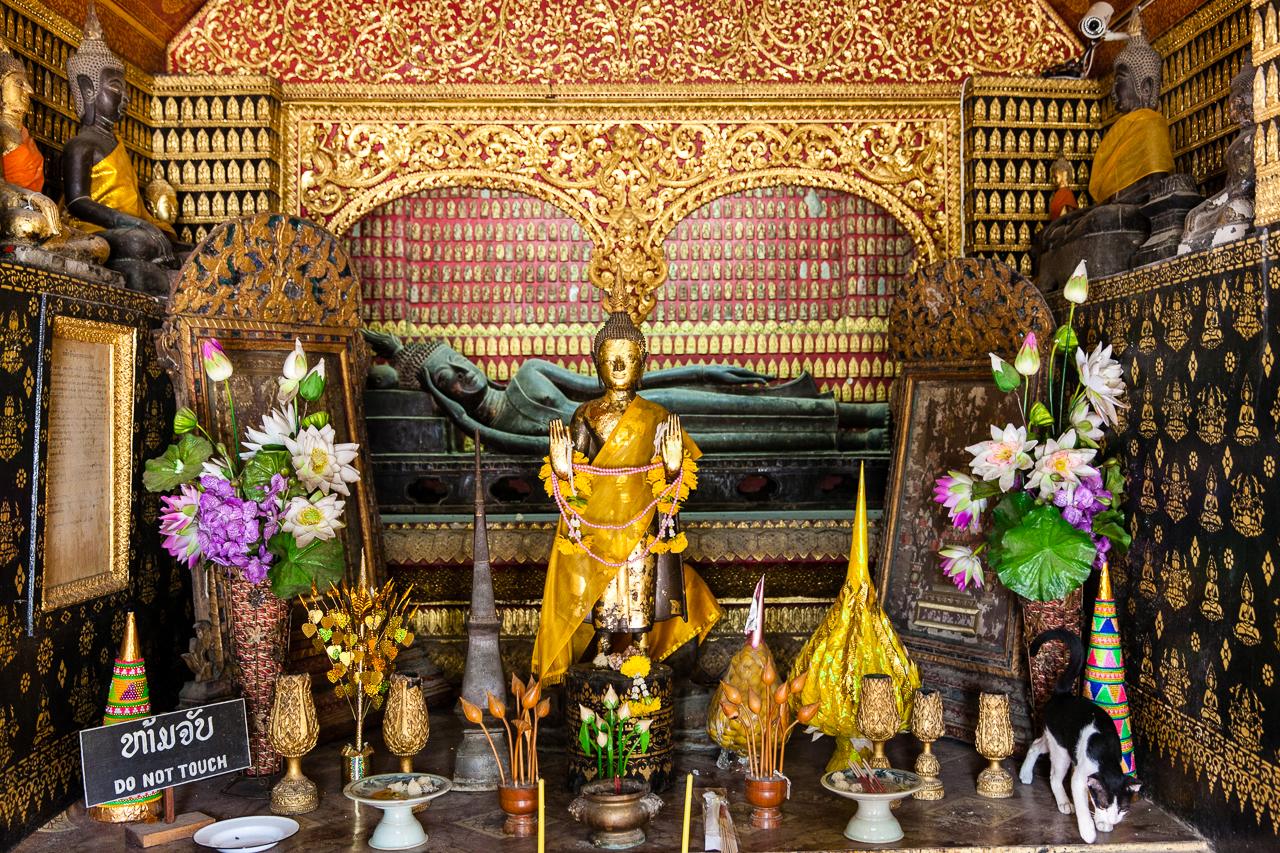 Путешествие по Лаосу: Редкая статуя лежащего Будды