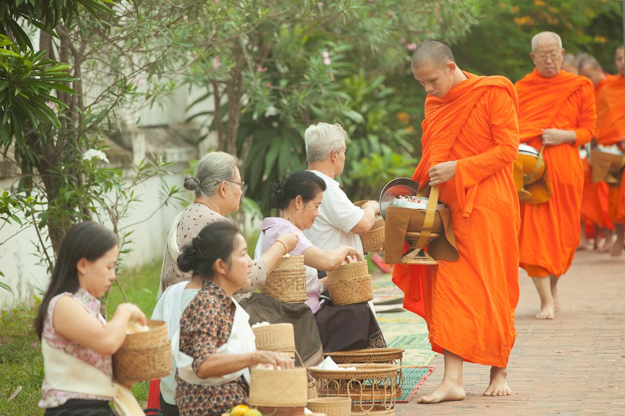 Путешествие по Лаосу: Церемония Так Бат в Луанг Прабанге
