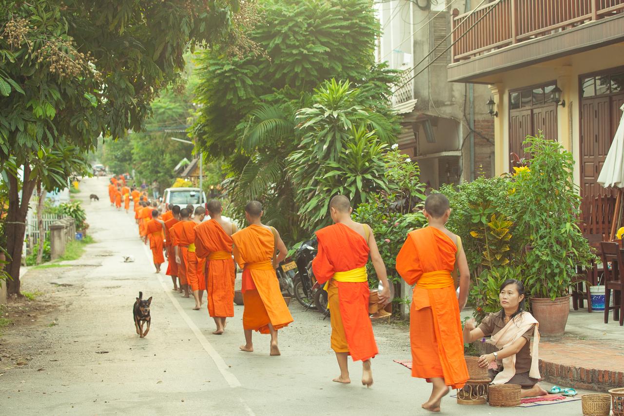 Путешествие по Лаосу: Процессия монахов