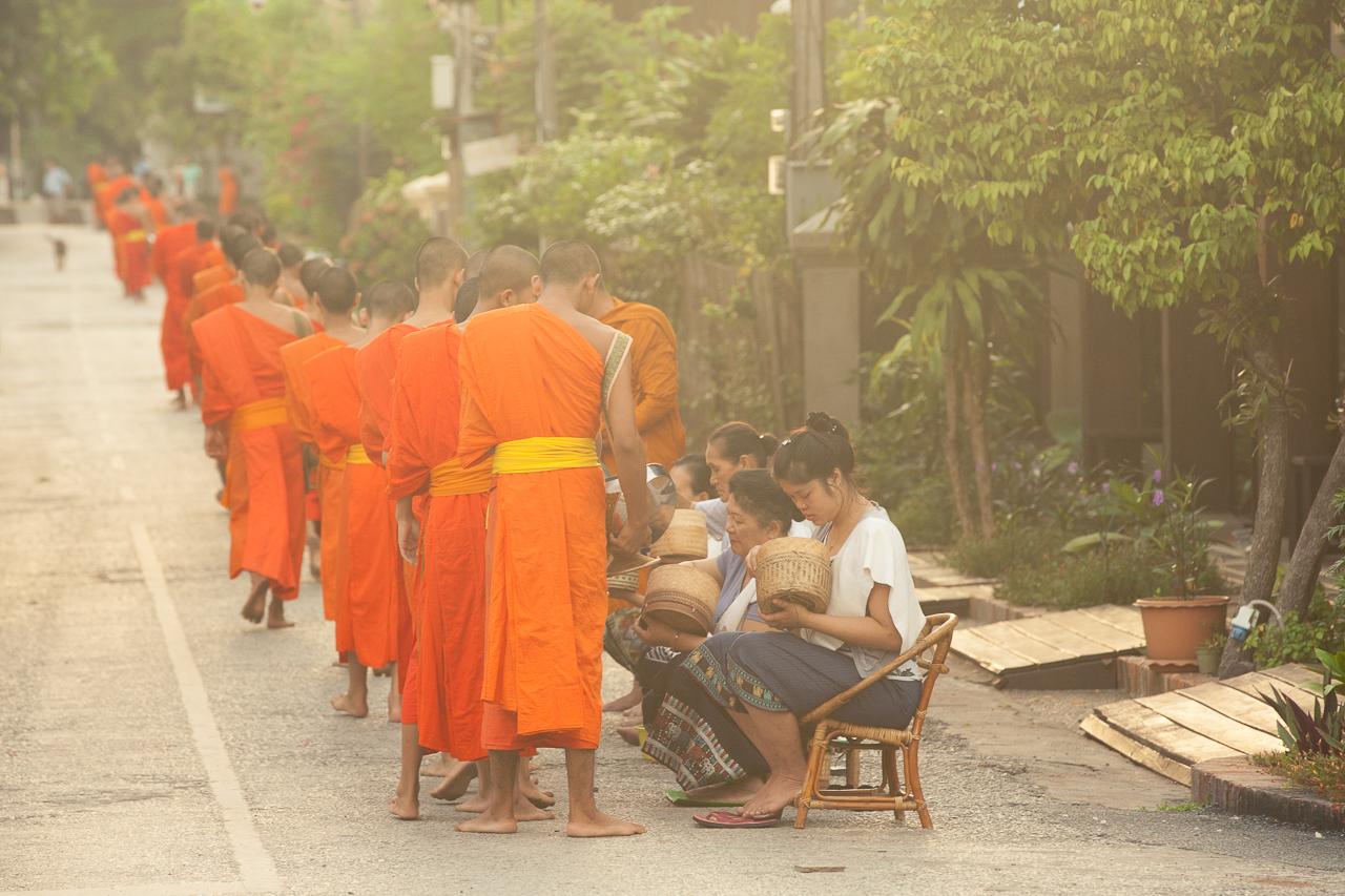 Путешествие по Лаосу: Церемония подаяния монахам в Луанг Прабанге