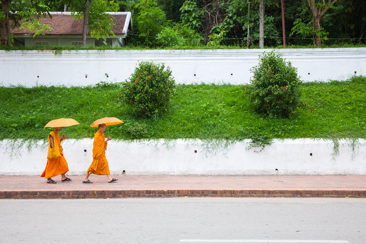 Путешествие по Лаосу: Монахи на улице Луанг Прабанга