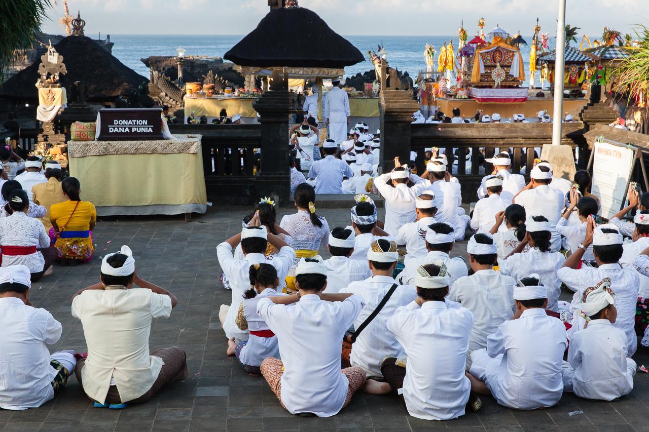 Балийцы молятся в храме во время религиозной церемонии, Бали, Индонезия