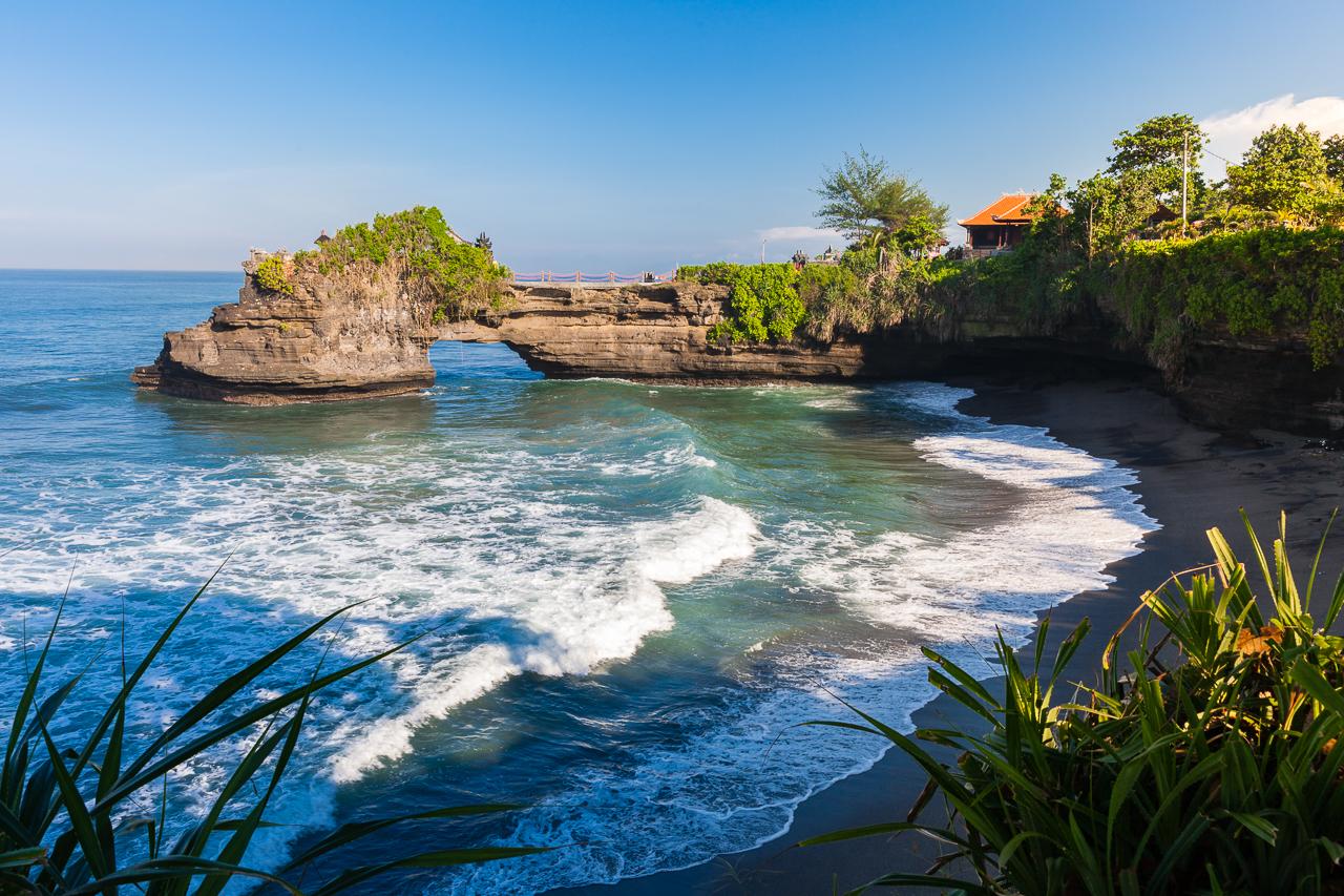 Из-за вулканической породы многие пляжи на Бали с черным песком