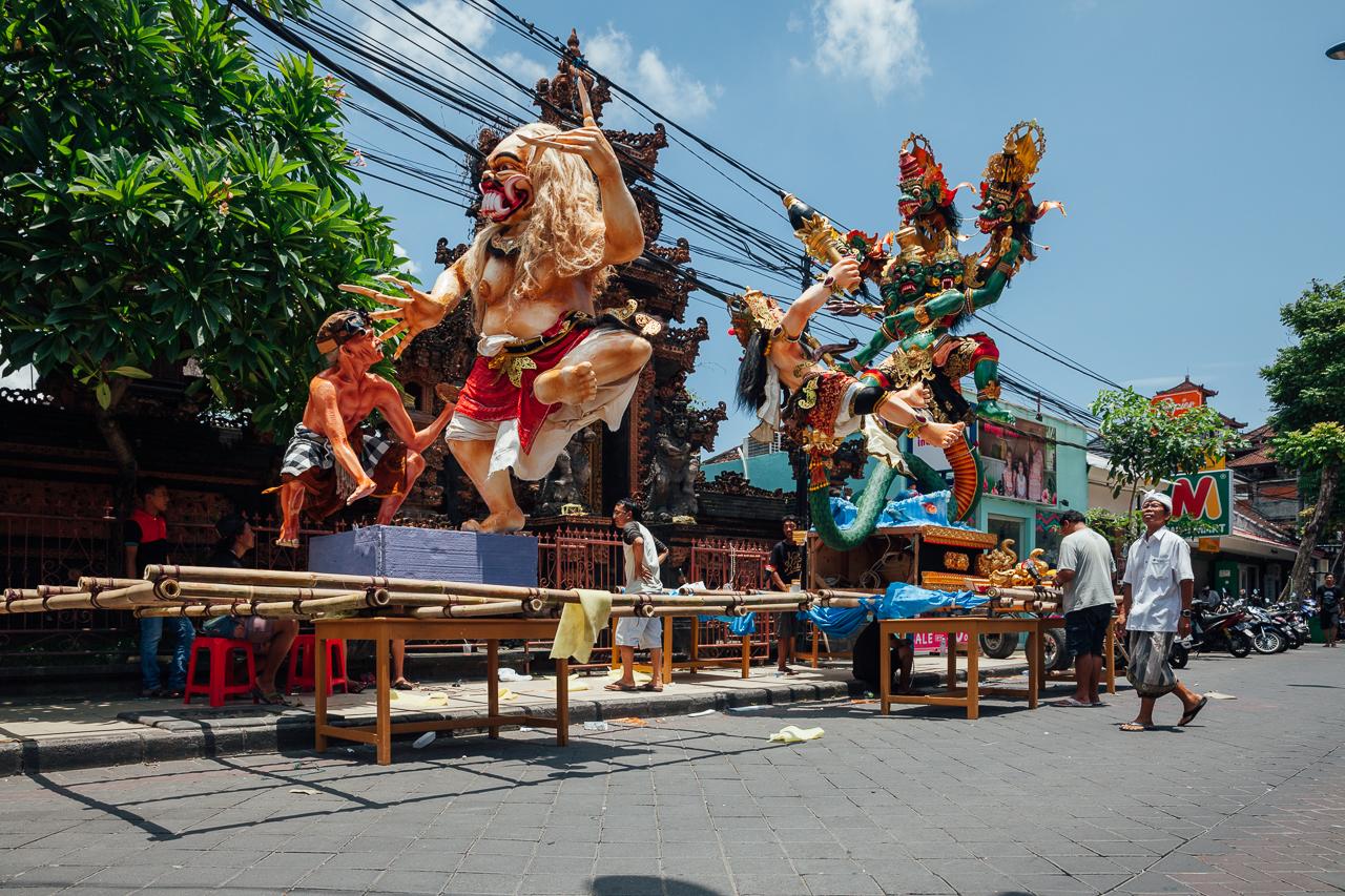 """Подготовка статуй """"Ого-Ого"""" перед парадом в честь Балийского Нового Года, Кута, Индонезия"""