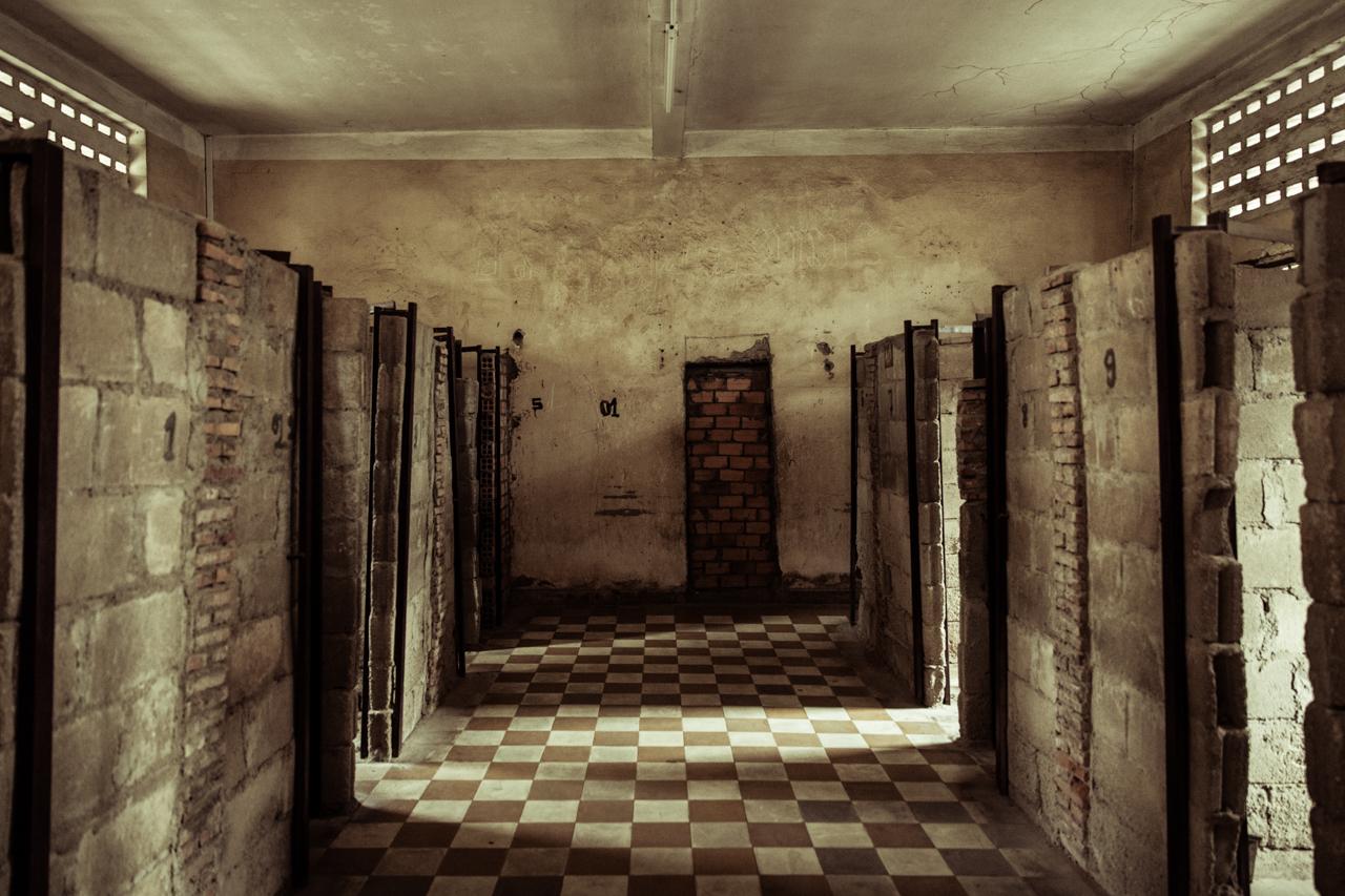 Путешествие по Камбодже: Камеры для заключенных, размером с туалетную кабинку
