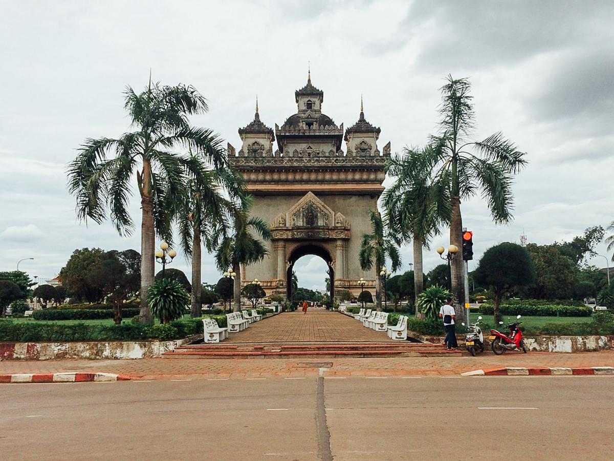 Путешествие по Лаосу: Триумфальная арка Патусай