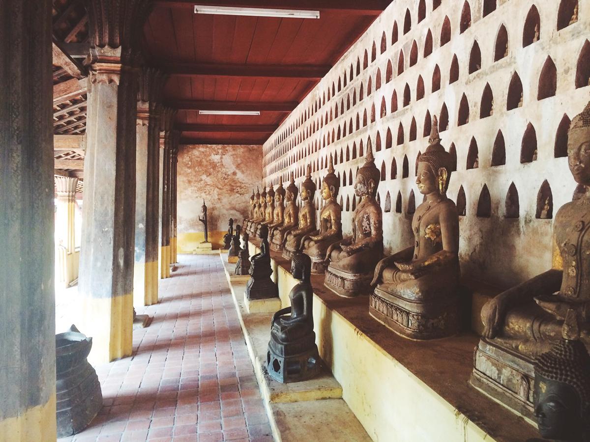 Путешествие по Лаосу: Статуи Будды в храме Ват Сисакет
