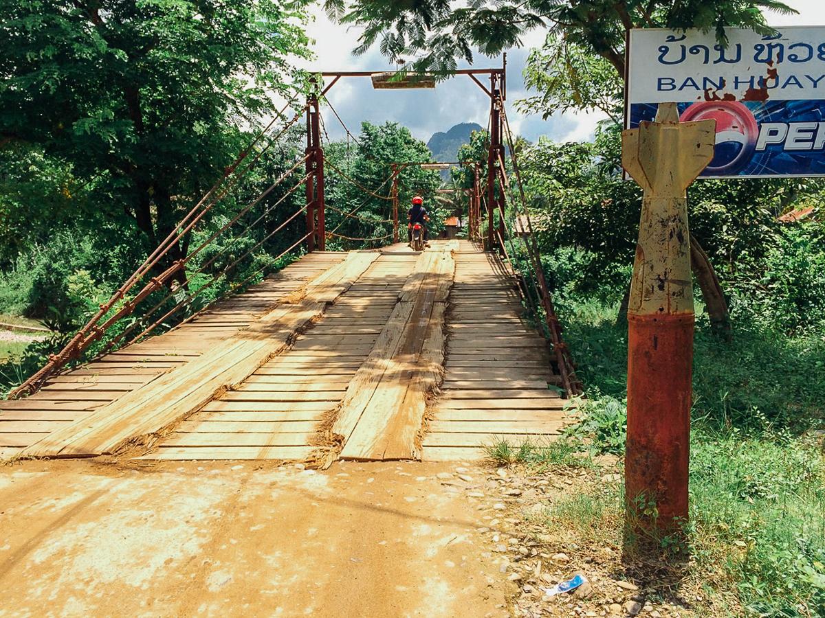 Путешествие по Лаосу: Боеголовка используется вместо столбика