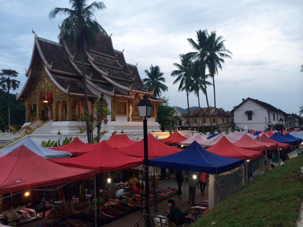 Путешествие по Лаосу: Вечерний рынок в Луанг Прабанге
