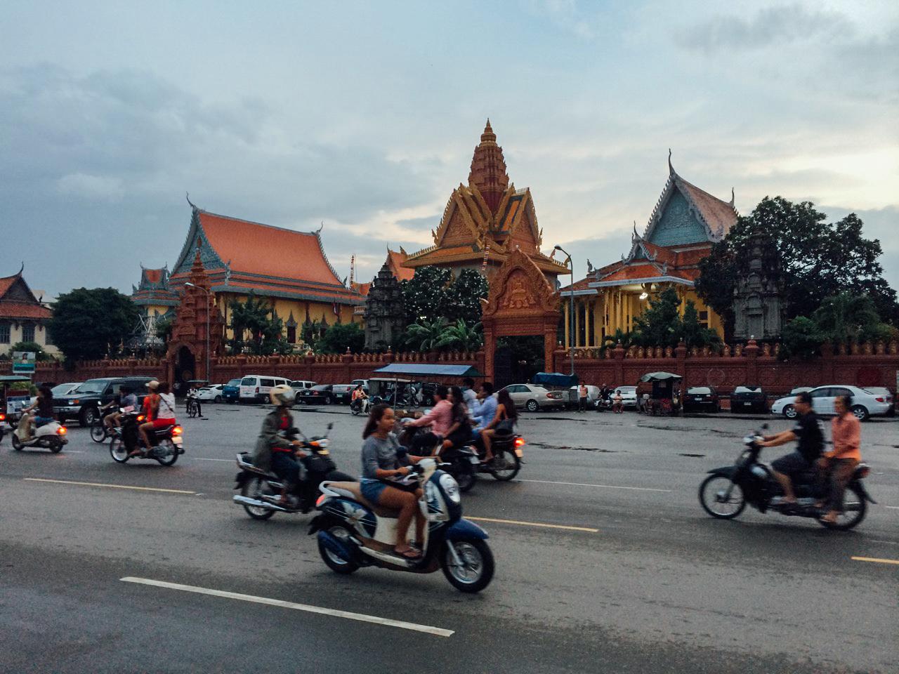 Путешествие по Камбодже: Храм Ват Уналом недалеко от набережной Сисоват