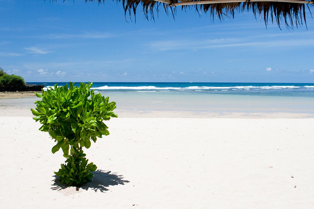Пляж Нуса Дуа, защищенный от волн кораллами, Бали, Индонезия