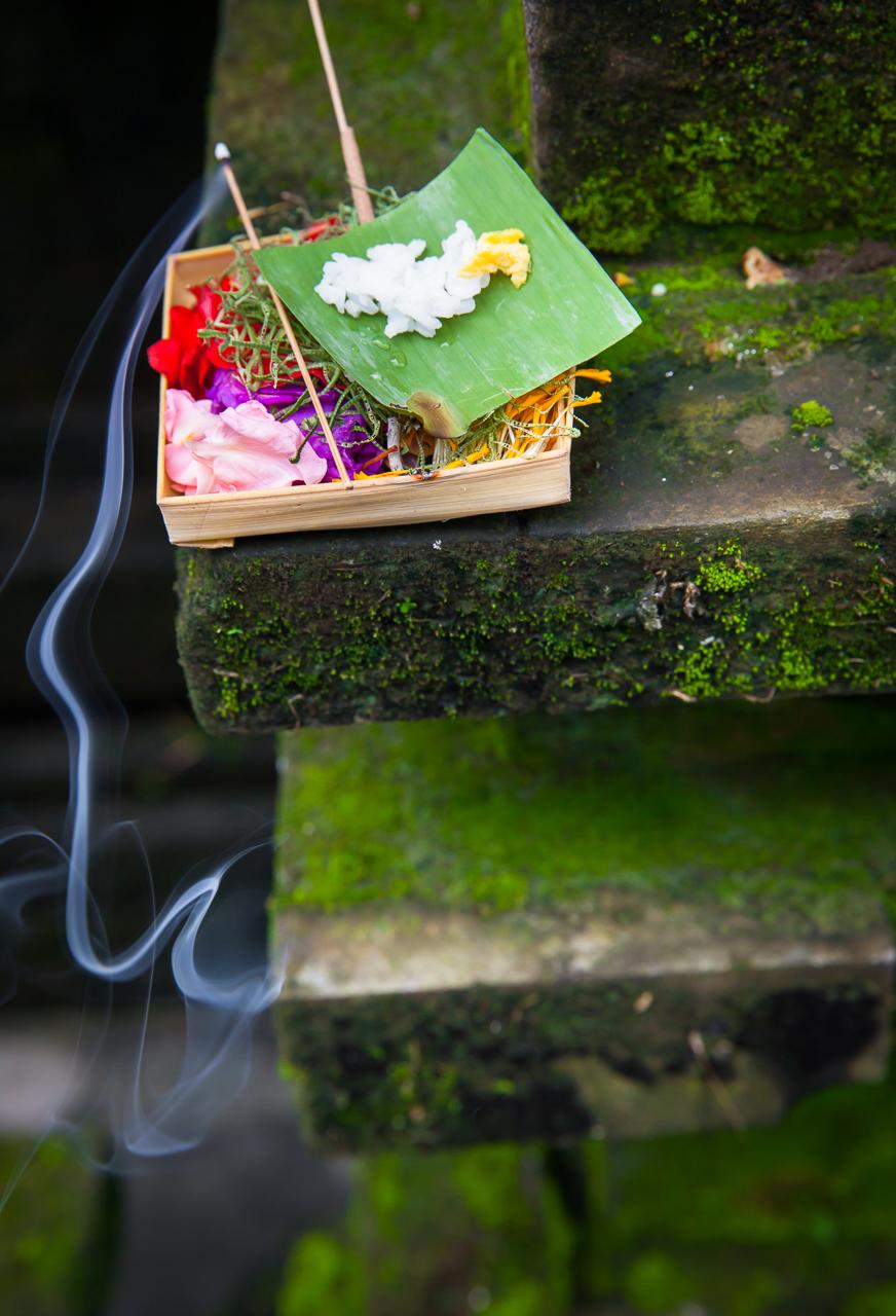 Корзиночка с подношениями духам, Бали, Индонезия