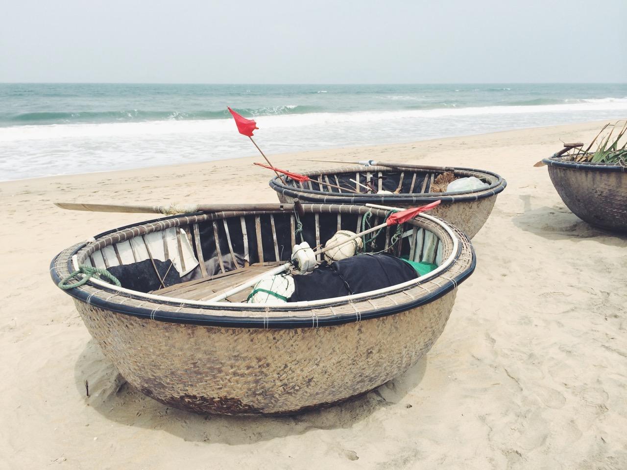 Путешествие по Вьетнаму: Рыбацкие лодки на пляже, Хойан