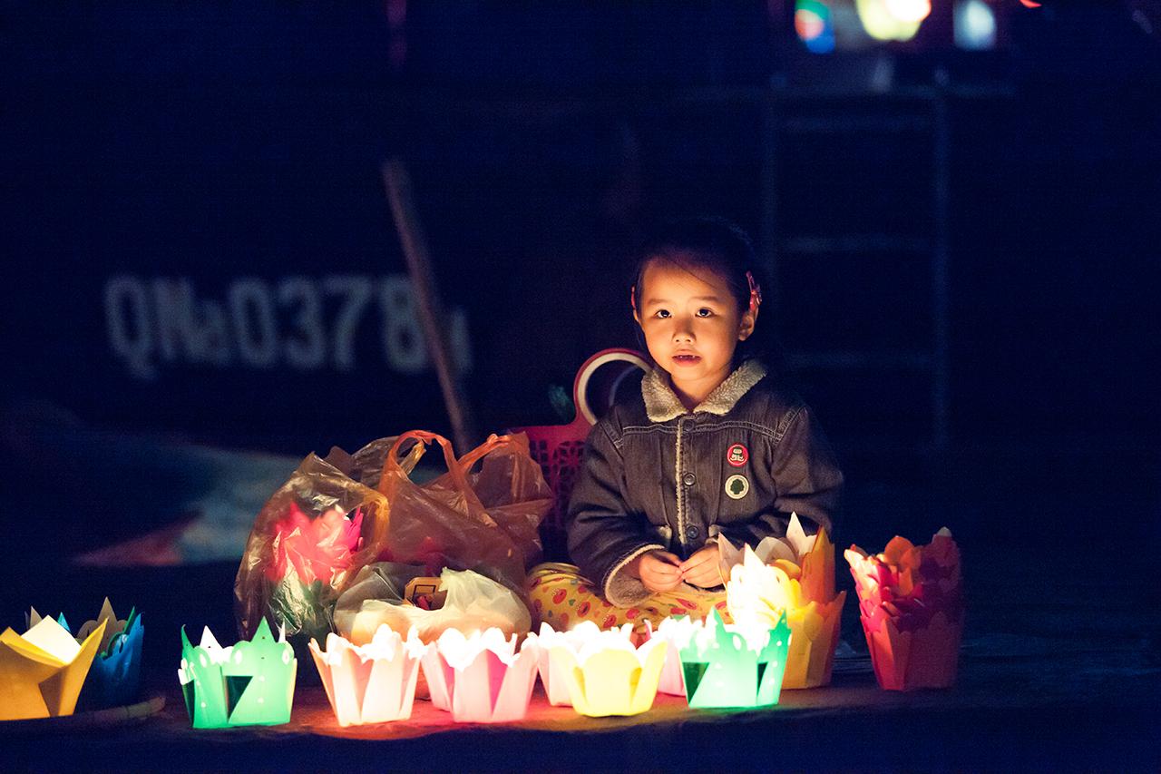 Путешествие по Вьетнаму: Маленькие продавцы свечей, Хойан