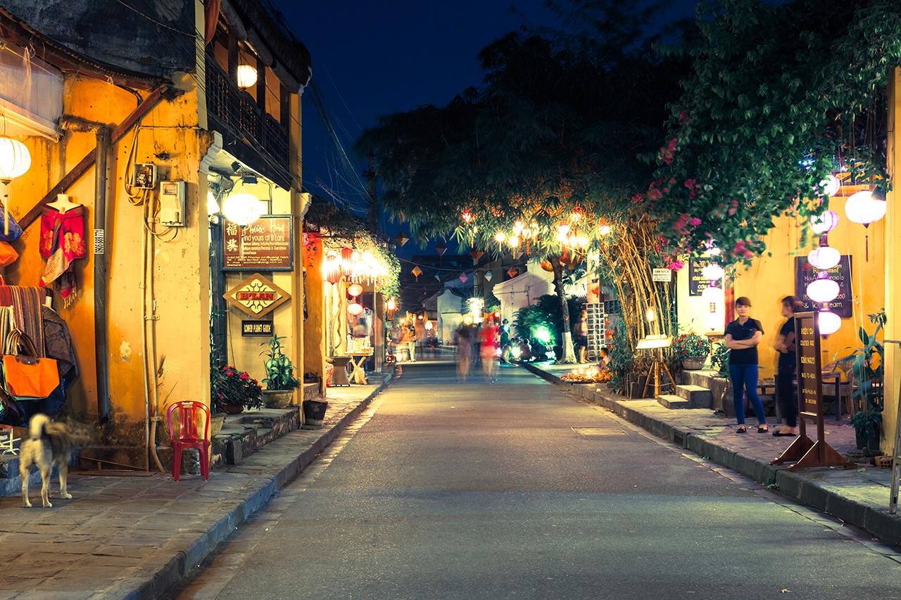 Вечерняя пешеходная улица в Старом городе