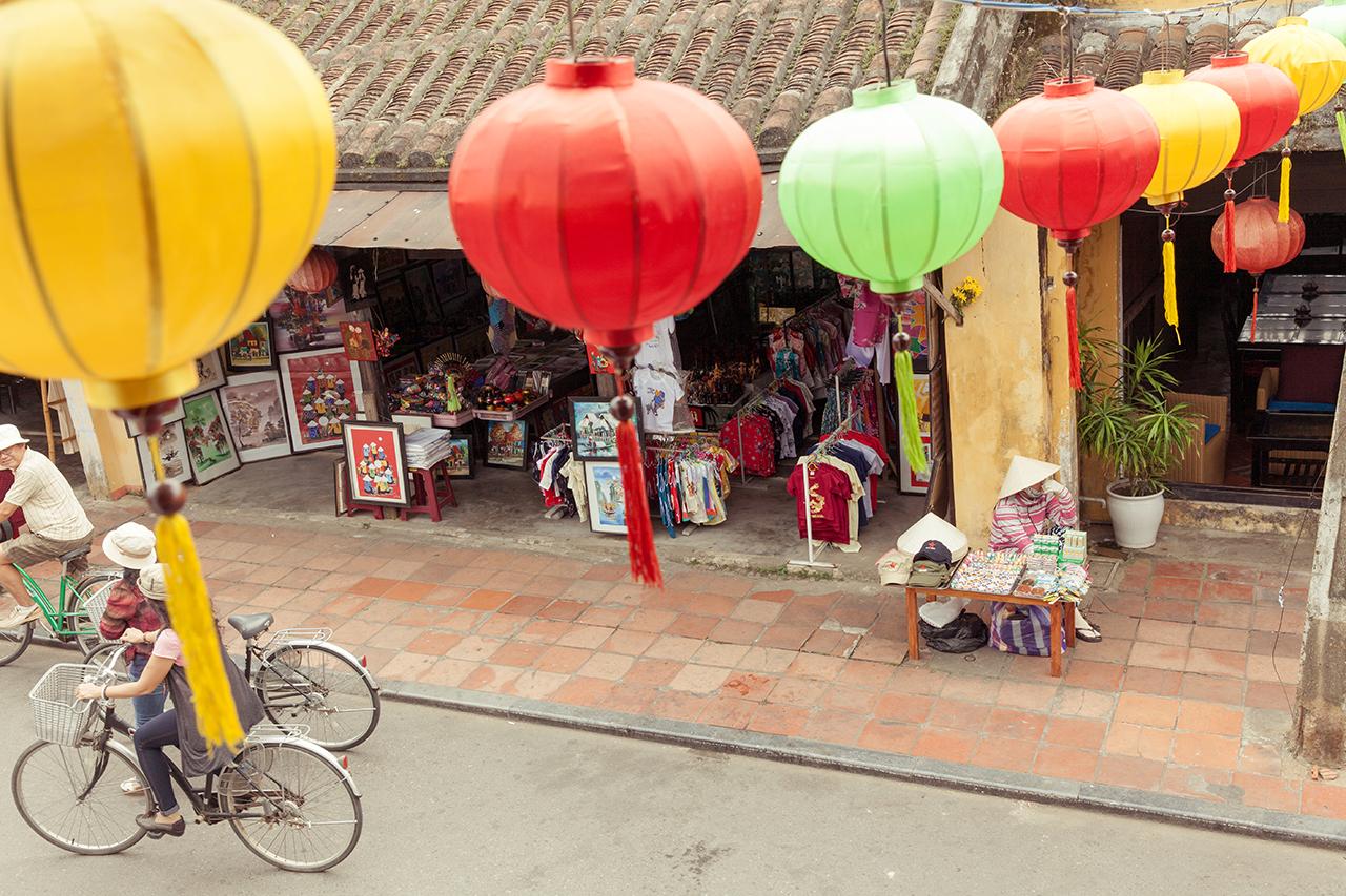 Путешествие по Вьетнаму: Сувенирные магазины в Старом городе, Хойан