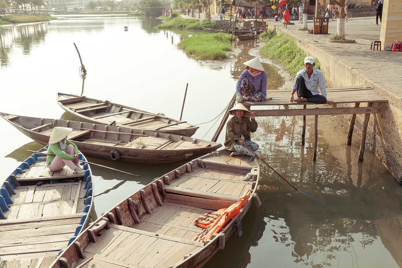 Путешествие по Вьетнаму: Лодочники ждут туристов, Хойан