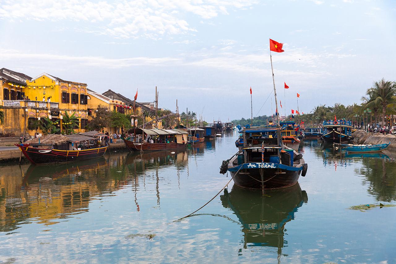 Путешествие по Вьетнаму: Каналы с лодками в Старом городе, Хойан