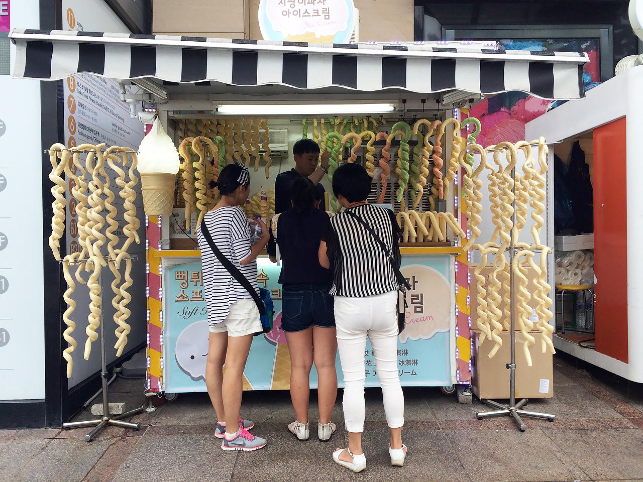 Путешествие по Южной Корее, Сеул: Мороженое, которое наливают в съедобные длинные спиральные трубочки
