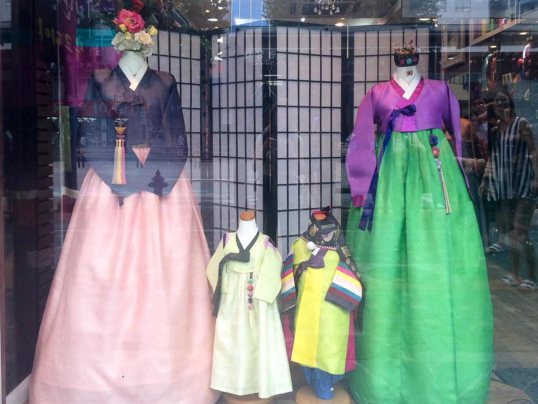Заметки о Корее: Витрина с национальными платьями