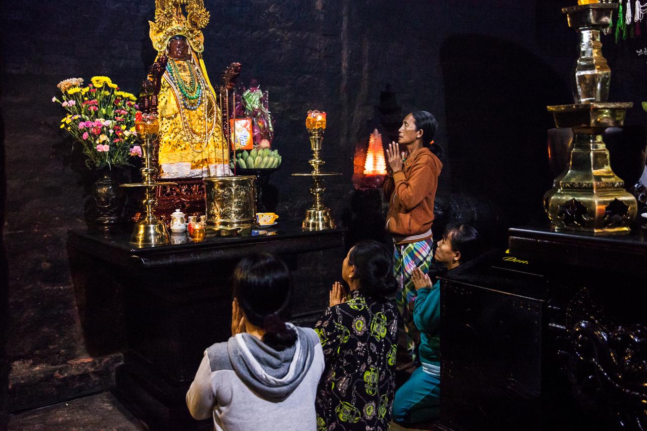 Путешествие по Вьетнаму, Нячанг: Местные жители молятся в комплексе По Нагар
