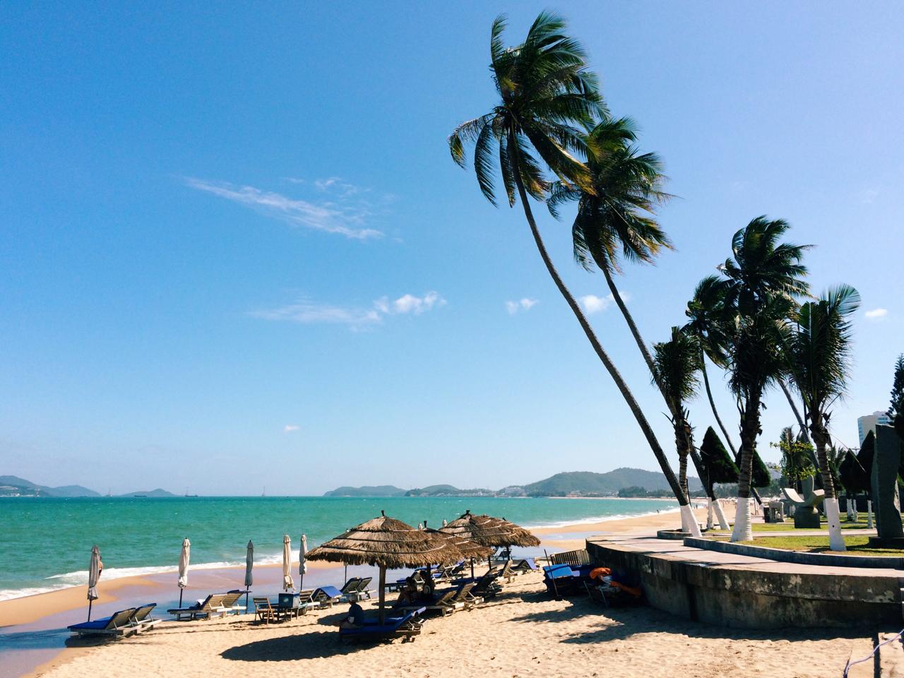 Путешествие по Вьетнаму, Нячанг: Лежаки на пляже